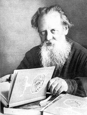 Павел Петрович родился в 1879 году в уральском городке Сысерть (около города Екатеринбург, это Россия).
